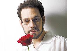 O ator é parecido com o Renato, mas nessa foto tá além donormal!